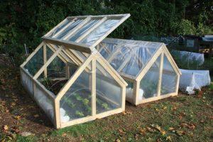 como montar invernaderos de exterior foto invernadero de madera y lona de plastico